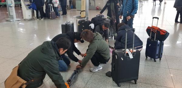 크기변환_크기변환_공항에서 짐싸는 한국선수들.jpg